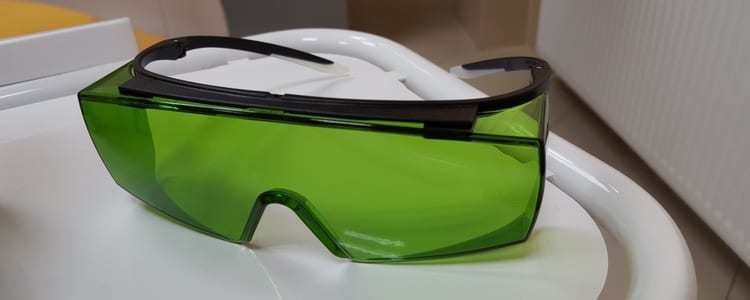 Podczas wybielania laserwoego stosowane są specjalne okulary ochronne.
